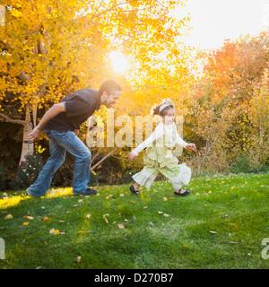 Familie mit zwei Töchtern (2-3, 4-5) spielen im Garten, Bountiful, Utah, USA - Stockfoto