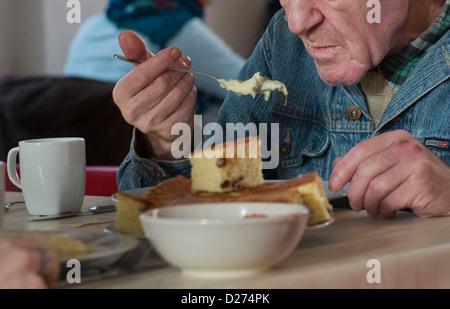 Menschen in Not auf einer Suppenküche in Berlin während der ...