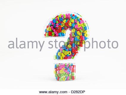 Bunte Buchstaben Zahlen und Symbole in transparente 3d Fragezeichen auf weißem Hintergrund - Stockfoto