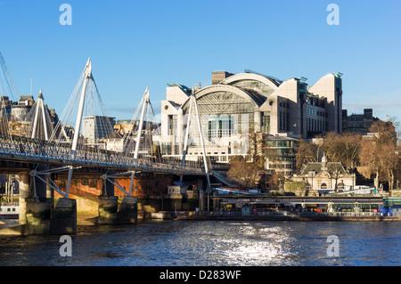 Die Böschung Ort Gebäude, Bahnhof Charing Cross, mit Hungerford Bridge über die Themse, London, UK - Stockfoto