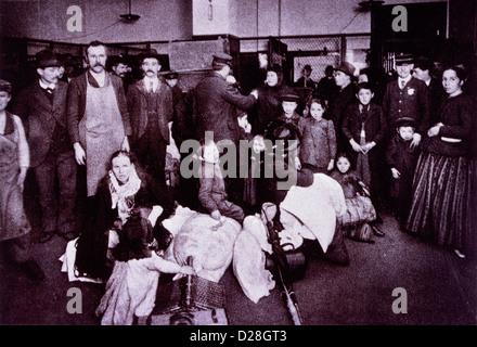 Emigranten Spieleintrag bei Eisenbahn-Abteilung, während Beamte dabei helfen, Gepäck, Ellis Island, New York, USA, - Stockfoto