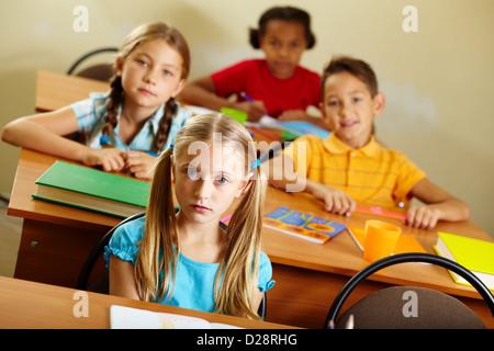 Porträt von schönen Mädchen Blick in die Kamera bei Lektion - Stockfoto