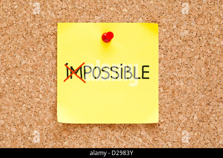Das Wort unmöglich drehen in möglich auf gelben Zettel. - Stockfoto