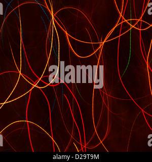 Rot und orange Lichtspuren vor schwarzem Hintergrund - Stockfoto