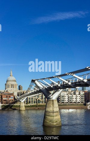 Millennium Bridge mit St Pauls Cathedral, London, England, UK - Stockfoto
