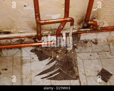 Neu installierten Kupfer Gas Heizung Rohrleitungen in eine alte Wohnung - Stockfoto