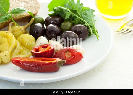 Eingelegte Paprika und Oliven auf weiße Schale - Stockfoto