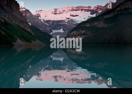 Morgen Alpenglühen am Mount Victoria spiegelt sich in Lake Louise, Banff Nationalpark, Kanadische Rockies, Alberta, - Stockfoto