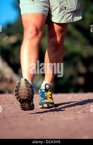 Mans Füße Fuß bis Dampf mit kleinem Wasserfall, Salomon Tech