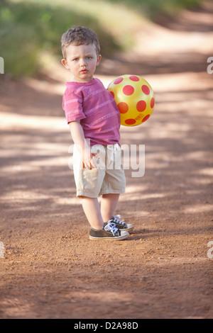Kleinkind-junge mit Ball auf Feldweg - Stockfoto