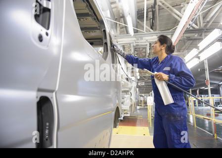 Arbeiter anwenden Dichtstoff im Automobilwerk - Stockfoto
