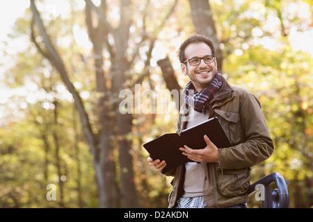 Mann mit Tablet-Computer im Wald - Stockfoto