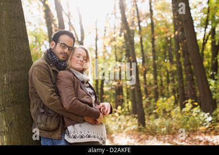 Lächelnde paar umarmt im Wald - Stockfoto