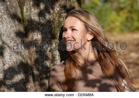 Frau Baum im Wald gelehnt - Stockfoto