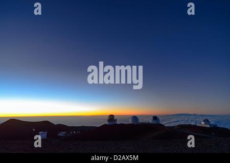 Teleskope auf Vulkan Mauna Kea bei Sonnenuntergang, Big Island, Hawaii, USA - Stockfoto