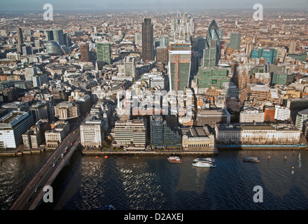 Die Aussicht vom The Shard, einschließlich St. Mary Axe, The Willis Building, Tower 42 und Moorhouse, London, England, - Stockfoto
