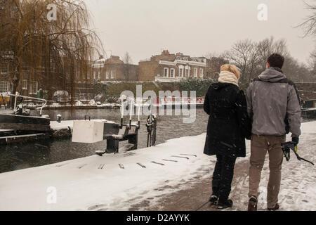 London, UK. 18. Januar 2013. Paar spazieren Regent es Canal, Central London, wie Schnee im Süd-Osten fällt - Stockfoto