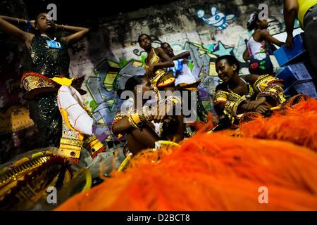 Samba-Schule-Tänzer bereiten ihre Kostüme vor dem Betreten des Karnevalsumzug am Sambadrome in Rio De Janeiro, Brasilien. - Stockfoto