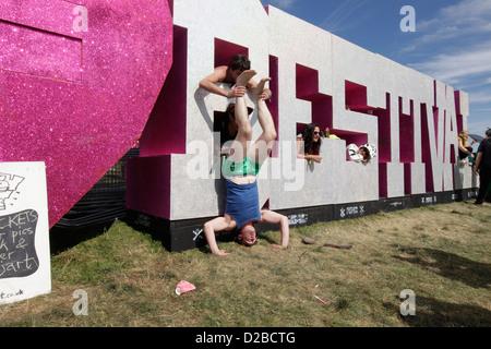 Das Bestival Schild mit Menschenmassen beim Bestival Festival, Insel der weißen, uk, September 2012. - Stockfoto