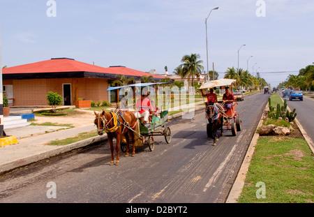 Straßenszenen entlang der Malacon In Cienfuegos, Kuba, mit Pferd gezogenen Kutschen - Stockfoto