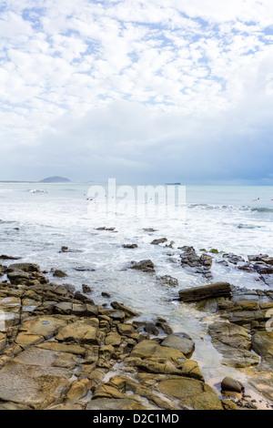 Vulkanische Felsen und Meer bei Alexandra Headlands, in der Nähe von Maroochydore, Sunshine Coast, Queensland, Australien - Stockfoto