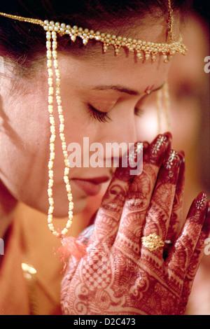 Indische Hochzeit Braut gekleidet In Sari & traditionelle bilden Namaste im indischen Stil In rituellen Zeremonie, - Stockfoto
