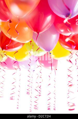 Luftballons mit Streamer für Geburtstagsfeier Partei isoliert auf weißem Hintergrund - Stockfoto