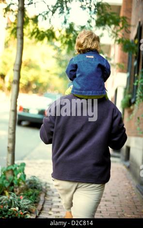 Massachusetts. Boston. Beacon Hill. Vater 2 Jahres altes Kind auf den Schultern tragen. Von hinten. - Stockfoto
