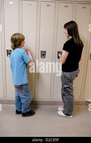 Mittelschüler / innen bei Schließfächer. - Stockfoto