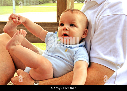 Vater Holding 4 1/2 - Monate altes Baby Boy, Baby - Stockfoto