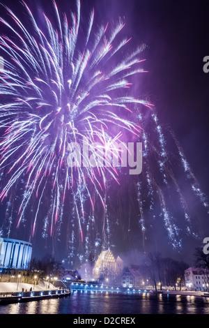 Buntes Feuerwerk über dem Fluss in der Stadt