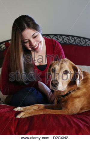 Eine Frau, ein Hund liebevoll betrachten. - Stockfoto