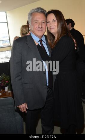 """Dustin Hoffman mit seiner Frau Lisa Gottsegen kümmern sich um die Deutschland-Premiere des """"Quartetts"""" an der Deutschen - Stockfoto"""