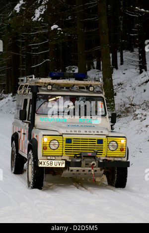 Scarborough & Ryedale Mountain Rescue Team Training im Dalby Forest, The North York Moors, mitten im Winter. - Stockfoto