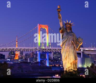 Freiheitsstatue, Regenbogenbrücke, und Tokyo Tower von Odaiba in Tokio gesehen. - Stockfoto