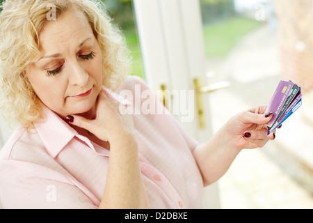 Frau Holding Kreditkarten - Stockfoto