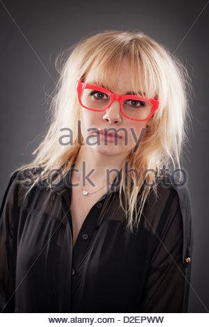 Junge Frau mit roten Brille, Studio-Porträt - Stockfoto