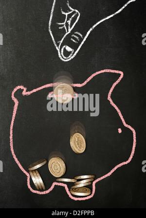 Kreide gezeichneten Hand fallen Sterling Pfund-Münzen in ein Sparschwein Kreide gezeichnet - Stockfoto