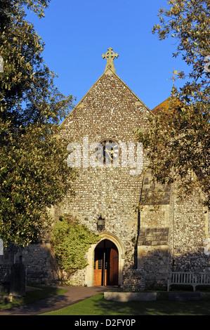 Sonne scheint auf der Vorderseite des St.-Margarethen Kirche im Dorf Rottingdean - Stockfoto