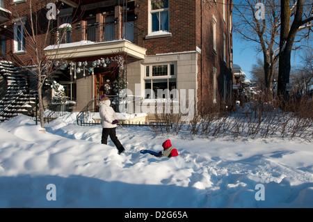 Mutter und Kind im Bereich Villeray Montreal den Winter geniessen - Stockfoto