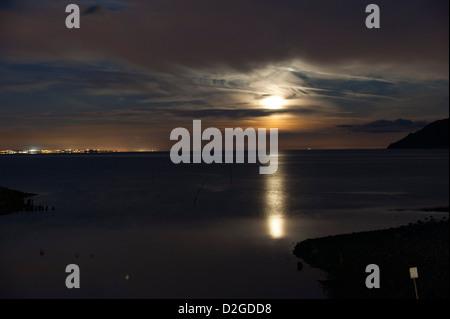 Full Moon rising über das Meer in Porlock Weir, Somerset, England, Vereinigtes Königreich - Stockfoto