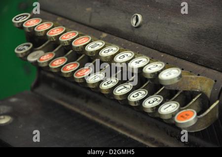 Tasten auf eine alte Registrierkasse - Stockfoto