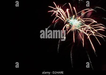 Feuerwerk-Explosionen gegen den Nachthimmel in Urlaub Feier, ein Stoß der Farbe für als Design-Elemente und Hintergründe verwenden.