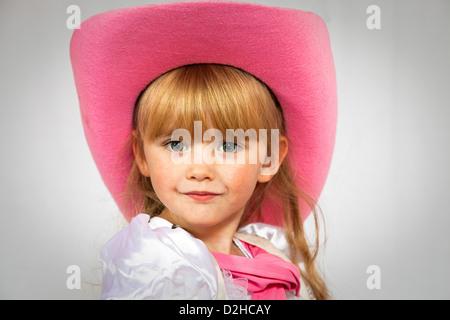 Porträt eines 3-jährigen jungen Mädchens einen rosa Cowboy Hut - Stockfoto