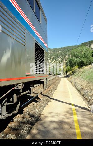 Amtrak California Zephyr Zug warten auf einen ländlichen Bahnhof, Colorado, USA - Stockfoto