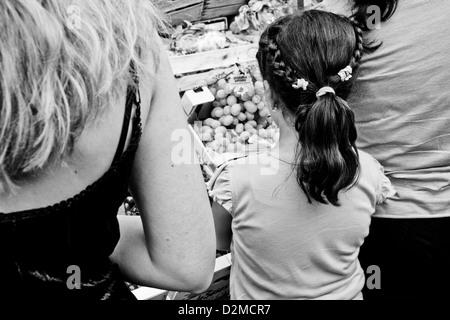Frauen und ein Mädchen Blick auf Obst im Ballarò-Markt, Palermo, Sizilien - Stockfoto
