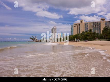 SAN JUAN, PUERTO RICO - Touristen am Strand von Isla Verde. - Stockfoto