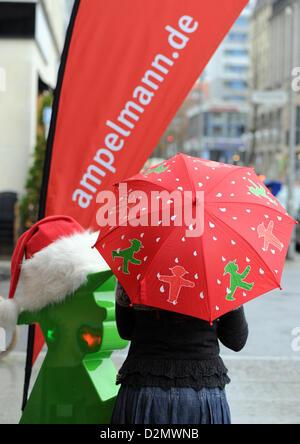 Eine Frau trägt einen Ampelmann-Regenschirm am Gendarmenmarkt in Berlin, Deutschland, 28. November 2012. Die Ampelmännchen - Stockfoto