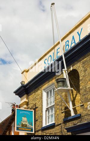Die Sohle Bay Inn, einer lokalen Brauerei Kneipe in Osten grün im Zentrum von dieser attraktiven Küstenstadt; Southwold, - Stockfoto