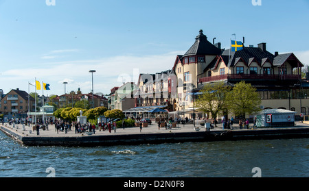 Die Stadt Vaxholm in den Stockholmer Schären wie aus dem Meer mit dem Vaxholm Hotel in der Mitte zu sehen - Stockfoto